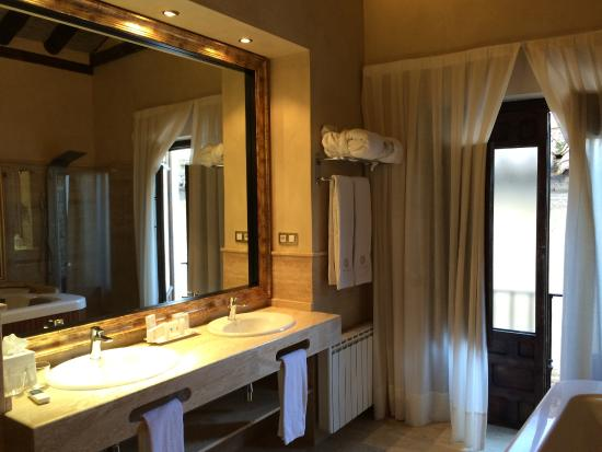 Hotel Casa 1800 Granada: Big and beautiful bathroom
