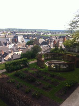Basilique Notre-dame De La Trinite : A vista da cidade no jardim desta igreja.