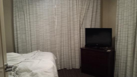Residence Inn Memphis Downtown : Bedroom looking away from the living room