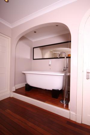 Dovey Inn: Bathtub