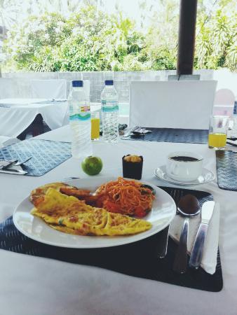 Villa Puri Ayu: Breakfast by the pool.