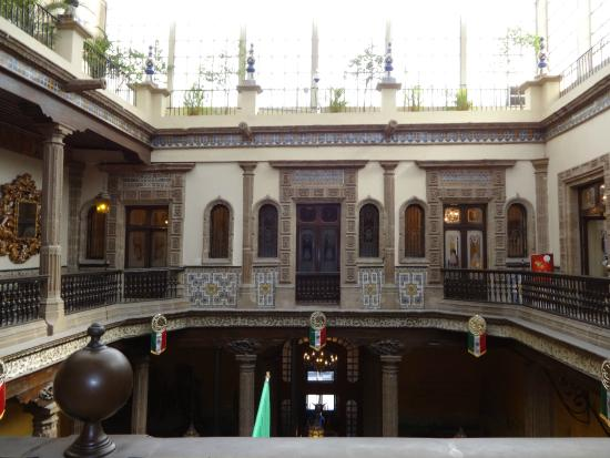 Sanborns madero original stone fountain in the center of for Sanborns restaurant mexico