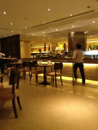Novotel Bangkok Bangna: Enormous dinner buffet in One Square