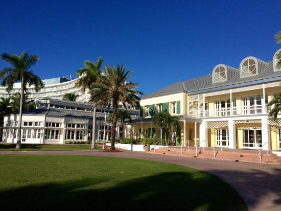 Grand Lucayan, Bahamas : Reception (right) and the tower (left)