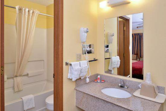 Econo Lodge Midtown: Guest Bathroom