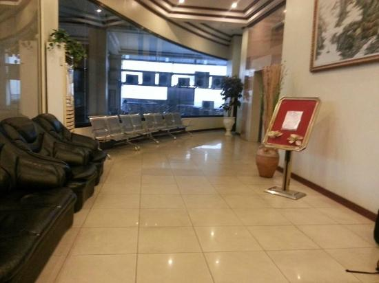 Crowne Garden Hotel: The lobby area where everyone take a seat to use the free wifi.