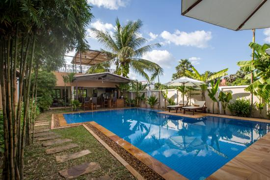 The Rose Apple Boutique Bed & Breakfast: Saltwater pool with adjoining bar and open-kitchen restaurant
