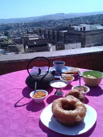 Riad Numero 9 : petit déjeuner sur la terrasse : aussi bon qu'est belle la vue !