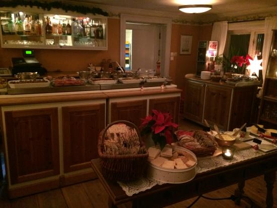 Wadkoping Cafe Matsal Konferens: De varma rätterna, ost och bröd samt dessertbordet på julbordet.