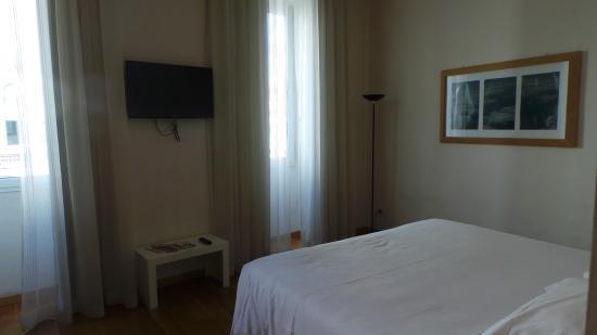 Relais Piazza Signoria : Bedroom with flatscreen TV