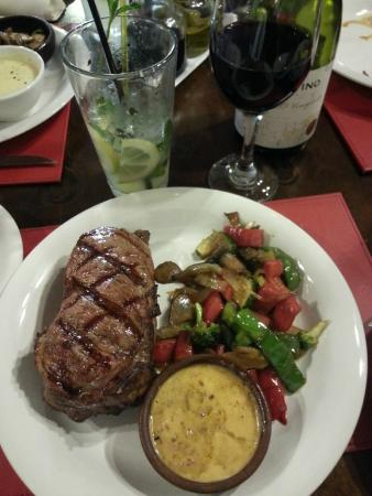 steak and veggies with mojito and wine