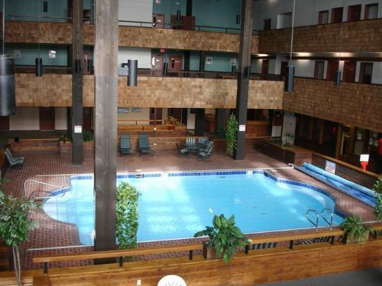 Three Seasons Condominiums: Vista da Piscina e dos quartos