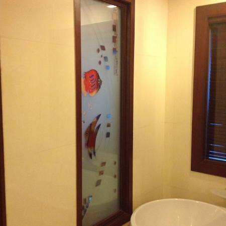 Grand Pacific Sovereign Resort & Spa : Bathroom wall