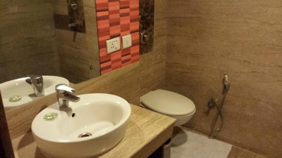 Hotel Aura: Bathroom