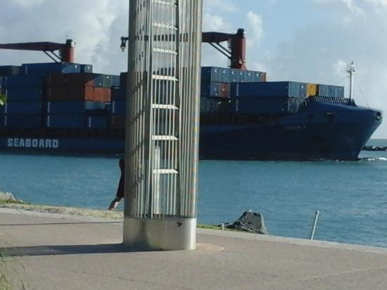 Parque South Pointe: ship