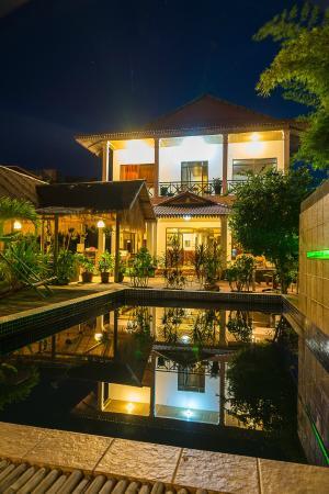 Green Village Angkor Hotel : hotel and pool at night
