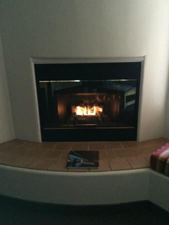 Inn at Eagle Mountain: Gas fireplace on a timer