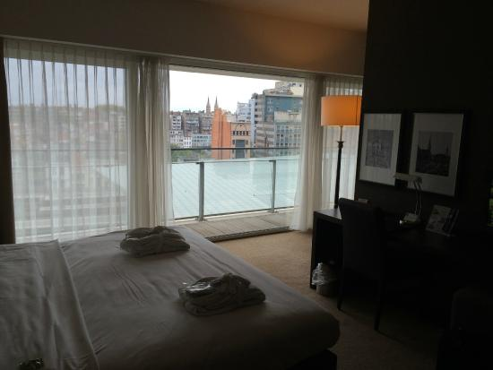 Lindner Hotel & City Lounge Antwerpen: View of room and ourside