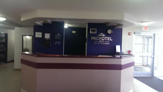 Microtel Inn by Wyndham Onalaska/La Crosse: Front Desk