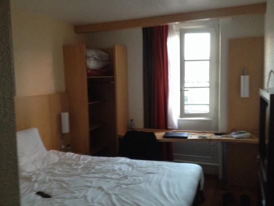 Ibis Limoges Centre : Petite chambre.