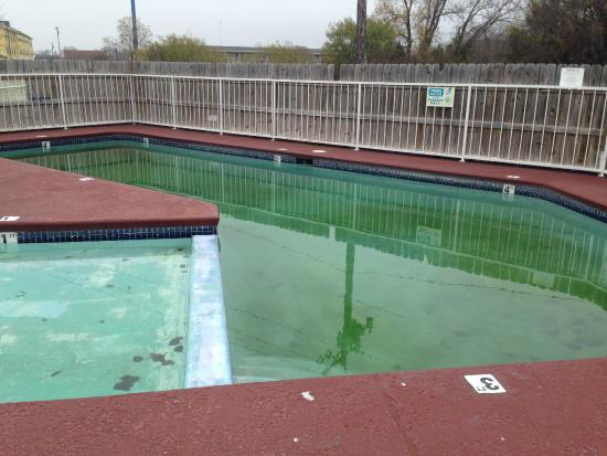 Days Inn Waco: Unappealing pool