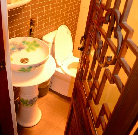 Old Beijing Square Hotel: Modern bathroom.