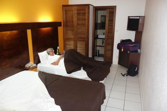 Le Centr'Hotel : Hotellrummet + toa/dusch längst ner på bild.