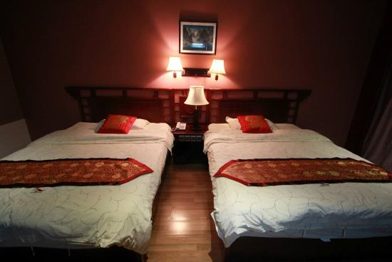 Dragon River Retreat : Double bed sharing of our room