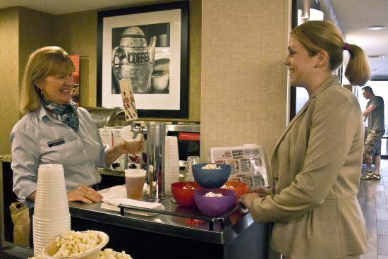 Hampton Inn Portsmouth Central: Complimentary Evening Reception
