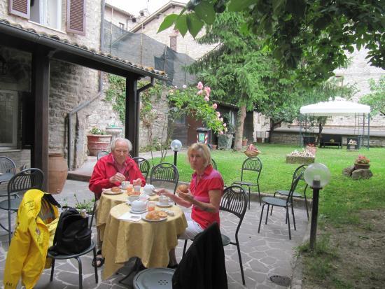 Residenza di Via Piccardi: Colazione nel giardino