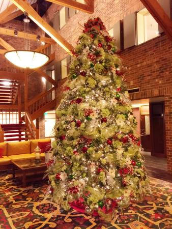 Princeton Marriott at Forrestal: Christmas tree in the lobby