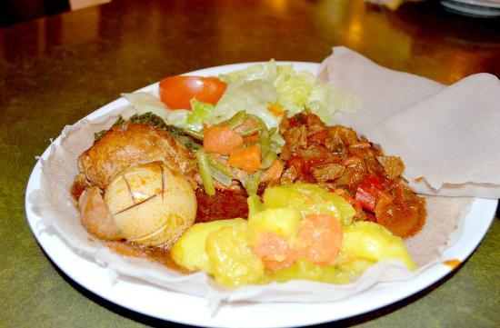 Lalibela: Für unsere Gäste zusammengestellt: Huhn mit Rosmarin-Rindfleisch und Gemüse mit Injera.