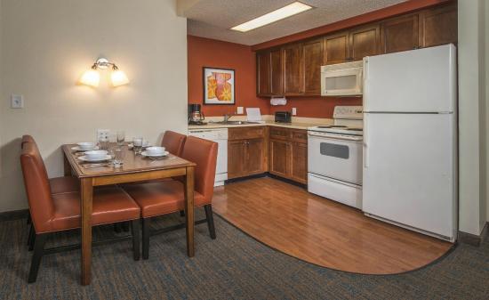 Residence Inn Norfolk Airport: Two Bedroom Suite Kitchen