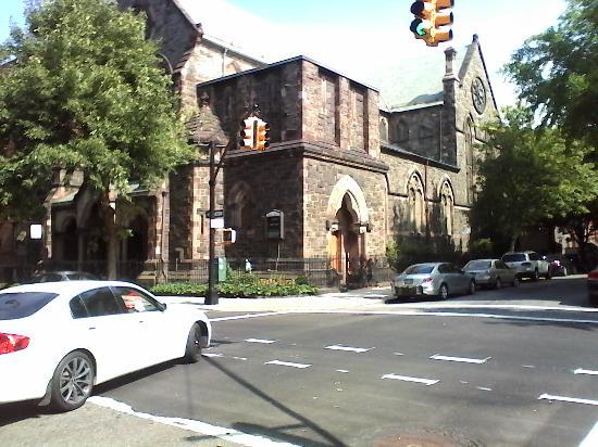 Brooklyn Motor Inn: Костел