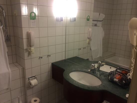 First Hotel Millennium: Inga trevliga toalett saker, som schampo och duschkräm