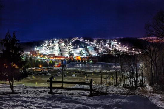 Bear Creek Mountain Resort: Night View of Bear Creek