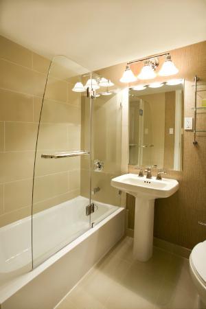 Resorts Casino Hotel: Superior Classic Room Bathroom