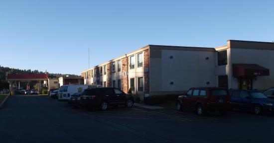 Days Inn Liberty: 2 stories building