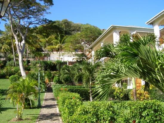 Bequia Beach Hotel Luxury Boutique Hotel & Spa: pool view rooms at back ocean rooms on rhs
