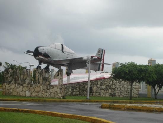 Safe Tours Cozumel: Entrada Base Aerea