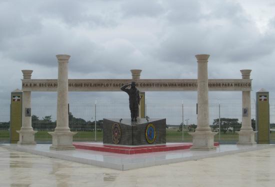 Safe Tours Cozumel: Monumento a pilotos Mejicanos