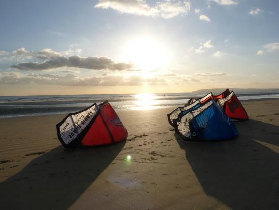 The Kitesurf Centre: Winter sun over the kites