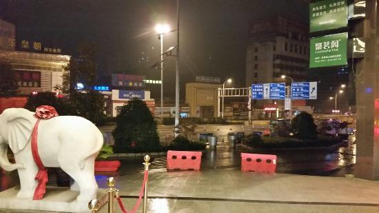 Wuhan Future City Hotel: ホテル入口の車止めからの風景
