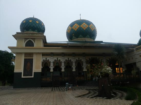 Pekanbaru, Indonesia: Side view of the mosque