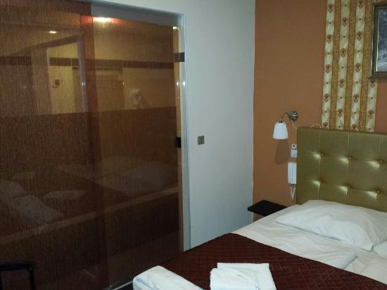 Bagno In Camera Con Vetrata : Camera bagno con porta e vetrata semi trasparente foto di