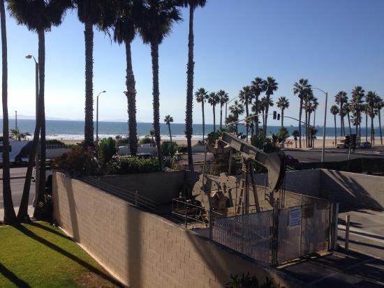Huntington Beach Inn: View from the room includes an active pumping well!