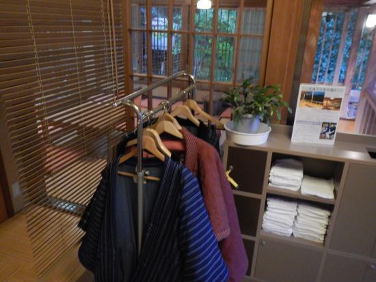 Uenoya : 綿入れの用意あり。その向こうは読書室。