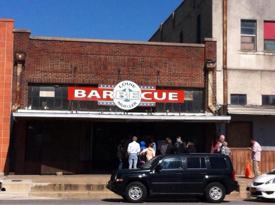 Louie Mueller Barbecue: The flag wasn't up so I wasn't sure they were even open!