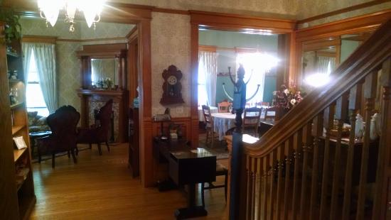 Victorian Dreams Bed and Breakfast: beautiful iving room