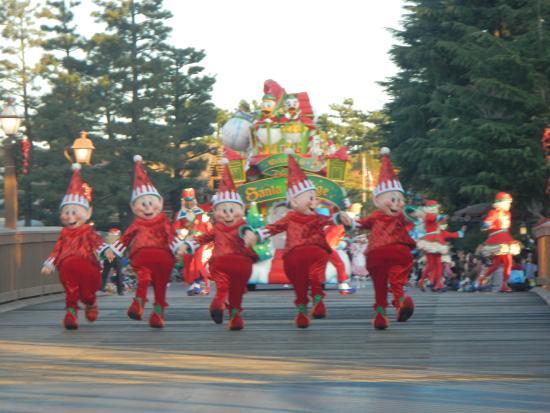 tokyo disneyland christmas day parade